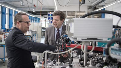 Schurter-CEO Ralph Müller (links) mit Verwaltungsratspräsident Hans-Rudolf Schurter. (Bild: Pius Amrein, Luzern, 7. April 2017)