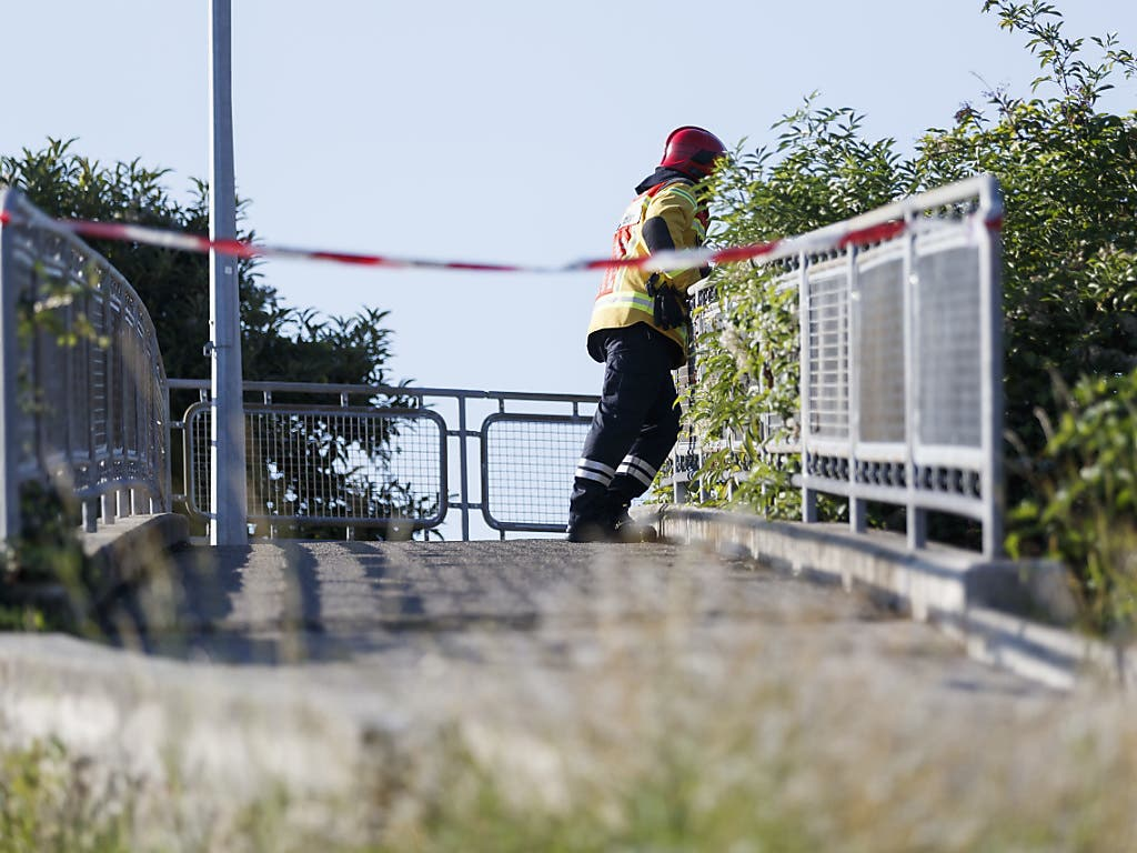 Hier dürfen auch die Fussgänger nicht mehr rüber: Die zum Abriss vorgesehene Fussgängerbrücke über die A9. (Bild: KEYSTONE/CYRIL ZINGARO)