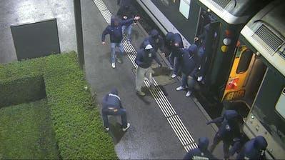 Ausschreitungen nach FCSG-Spiel: Die St.Galler Staatsanwaltschaft sucht mit verpixelten Fahndungsbildern nach diesen vier FCZ-Chaoten