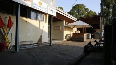 Der Boden wölbt sich, die Fassade bröckelt: Die alte Garderobe soll zum neuen Clubhaus mutieren. (Bild: Ines Biedenkapp)