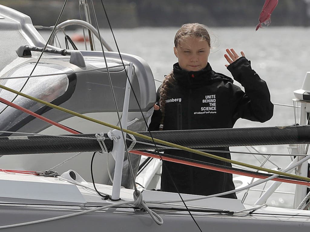 How are you today, America? Greta Thunberg grüsst von ihrem Segelschiff. (Bild: KEYSTONE/AP Pool/KIRSTY WIGGLESWORTH)