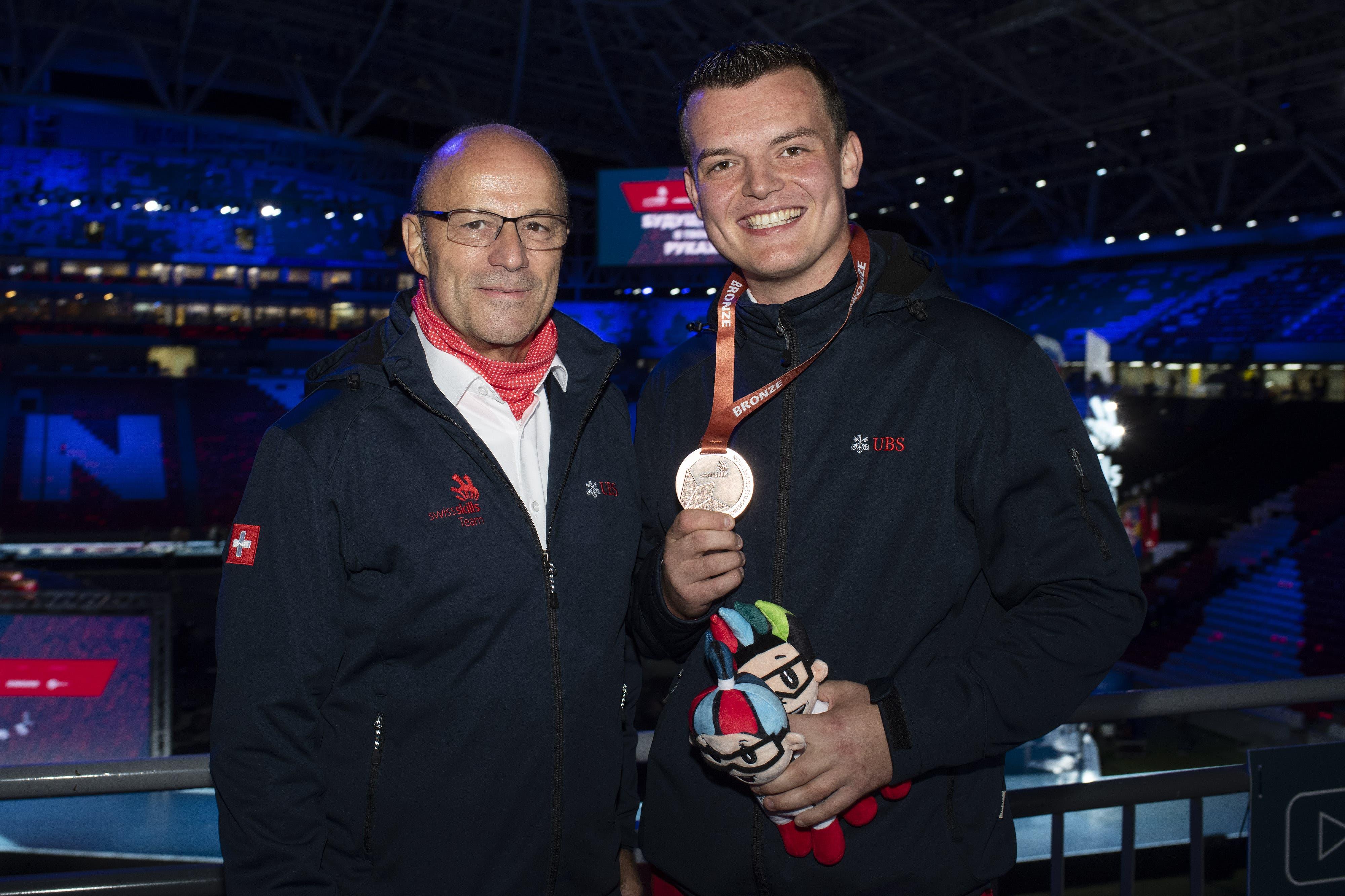 Patrick Grepper und sein Experte Markus Niederer freuen sich über die Medaille. (Bild: Swiss Skills)