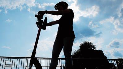 Auch wenn das Fahren spassig ist: E-Scooter können auch ein Verkehrshindernis darstellen. (Bild: Stefan Kaiser, Zug, 15. Juli 2019)
