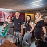 Das neue «Adler»-Team: Gastgeber Stefan Bischof mit Lebenspartnerin Ramona Vollenweider (links) und den Barfrauen Fatima Toldy und Jennifer Krucker. (Bild: Urs Bucher)