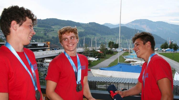 Jonah Müller (v.l.), Cornel Bretscher und Luis Clavadetscher freuen sich über ihren Erfolg. (Bild: Sepp Odermatt, Buochs, 28. August 2019)