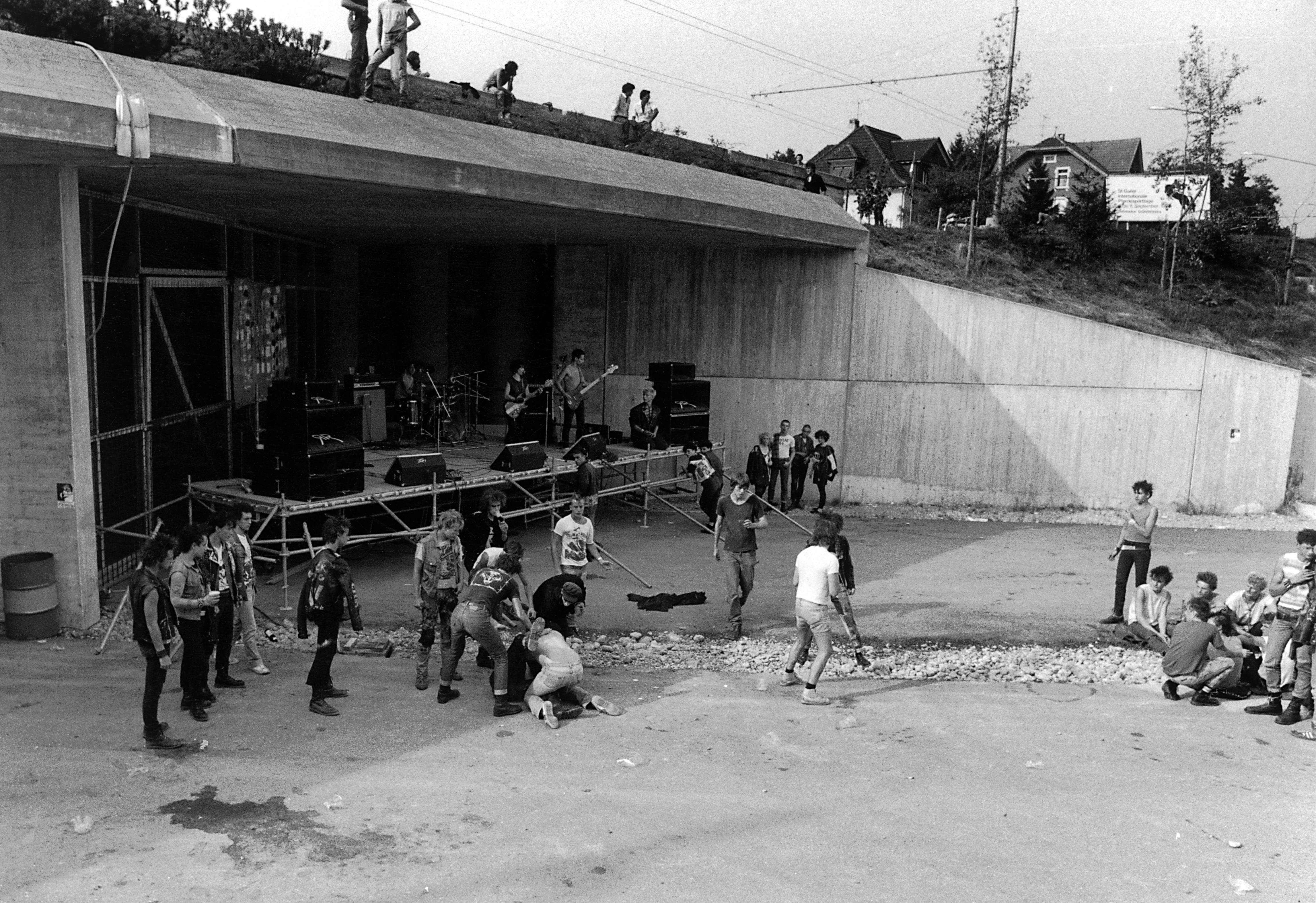 Punkkonzert auf der im Bau befindlichen Stadtautobahn. Vermutlich handelt es sich um den Anlass mit der britischen Band The Insane, an den sich Alex Spirig im «Tagblatt»-Artikel von 2009 (siehe unten) erinnert. (Bild: Stadtarchiv der Ortsbürgergemeinde St.Gallen)