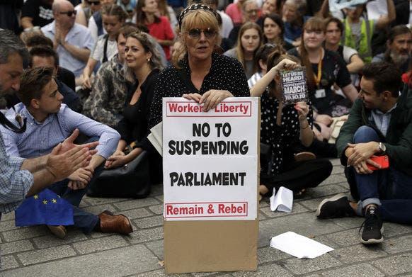 Noch am selben Abend versammelten sich an der Downing Street in London zahlreiche Demonstranten. Bild: ap