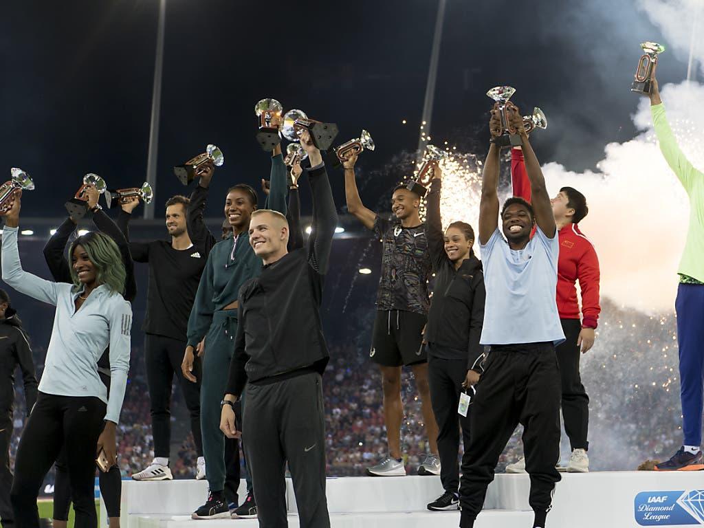 Alle Sieger des Diamond-League-Finals auf einem Podest (Bild: KEYSTONE/JEAN-CHRISTOPHE BOTT)
