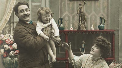 «Wir sind fertig mit dem Fotografieren, Sie dürfen das Kindjetzt wieder der Mutter geben!» – Postkarte aus dem frühen 20. Jahrhundert, als Kinderbetreuung klar Frauensachewar. (Bild: Keystone/Mauritius Image/Starfoto)