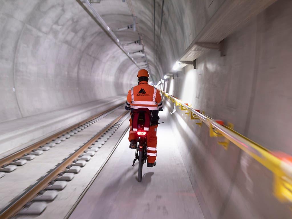 In einem Jahr fahren nicht mehr Bauarbeiter auf Velos, sondern Reisende im Zug durch den 15,4 Kilometer langen Ceneri-Basistunnel. (Bild: KEYSTONE/GAETAN BALLY)