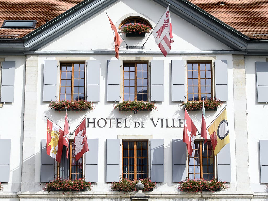 Am Stadthaus von Moutier hing auch am Donnerstag keine bernische, aber eine jurassische Fahne. (Bild: KEYSTONE/ANTHONY ANEX)