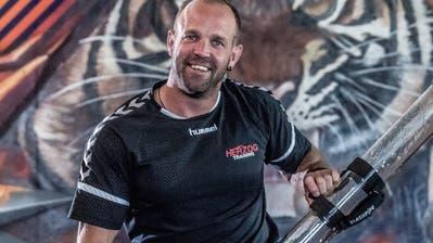 Stucki-Trainer Tommy Herzog präsentiert in seinem Trainingscenter ein spezielles Gerät für die Körperstabilisation. Bild: Nadia Schärli (Gunzwil, 27. August 2019)