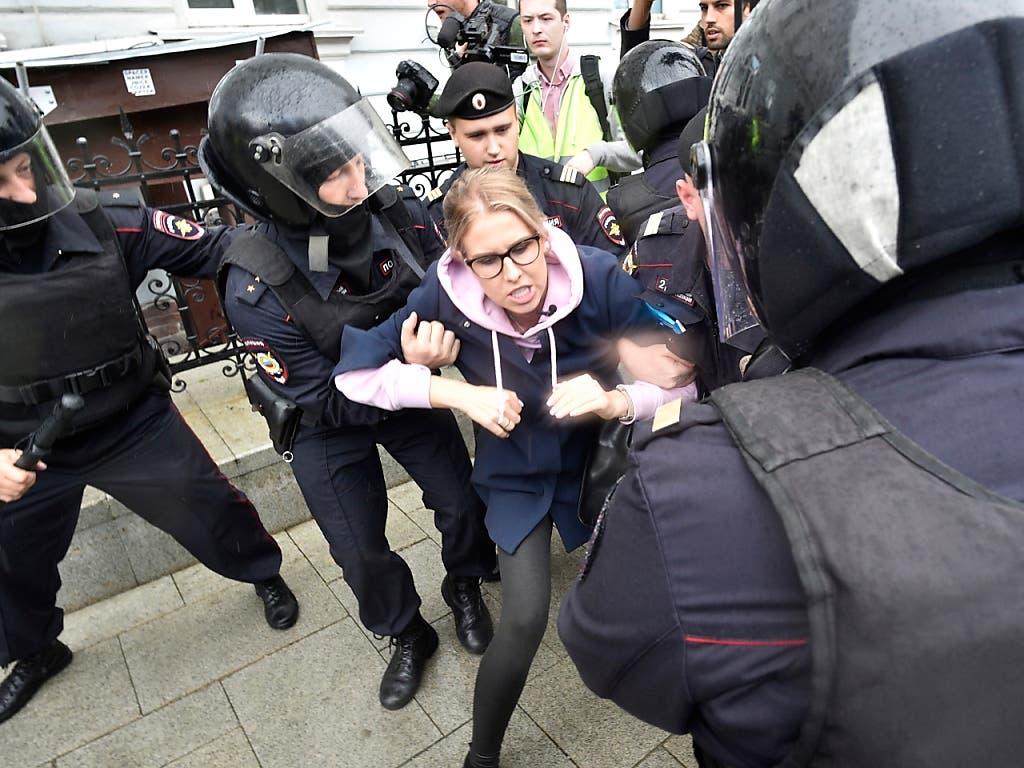 Die Polizei hat die bekannte Oppositionelle Lyubow Sobol kurz vor der Kundgebung in Moskau festgenommen. (Bild: KEYSTONE/AP/DMITRY SEREBRYAKOV)