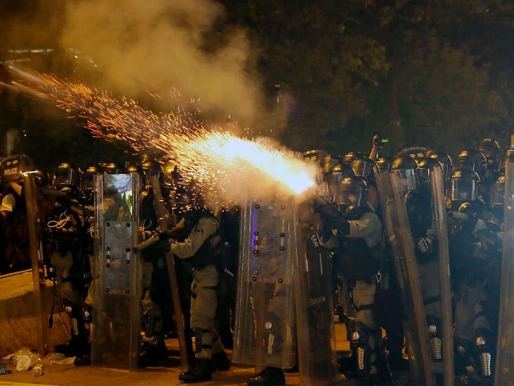 Die Polizei hat in Hongkong Tränengas und Schlagstöcke gegen regierungskritische Demonstranten eingesetzt. (Bild: KEYSTONE/AP/VINCENT THIAN)