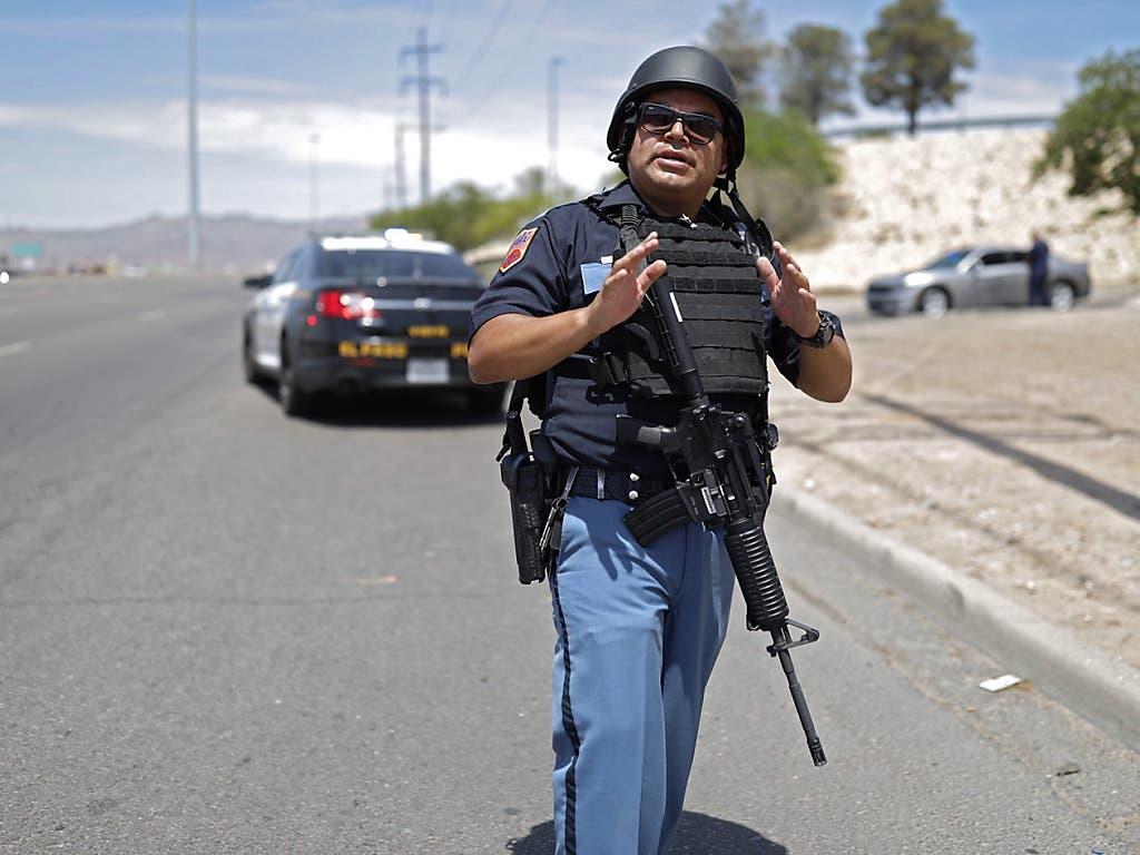 Schüsse im Einkaufszentrum: Ein Beamter steht einsatzbereit am Ort des Geschehens. (Bild: KEYSTONE/EPA/IVAN PIERRE AGUIRRE)