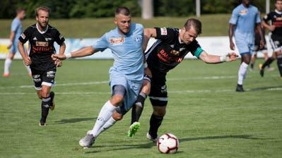 Zugs Diego Zoller (blau) kämpft gegen Buochs' Fabian Nickel um den Ball. (Bild: Nadia Schärli, Zug, 3. August 2019)