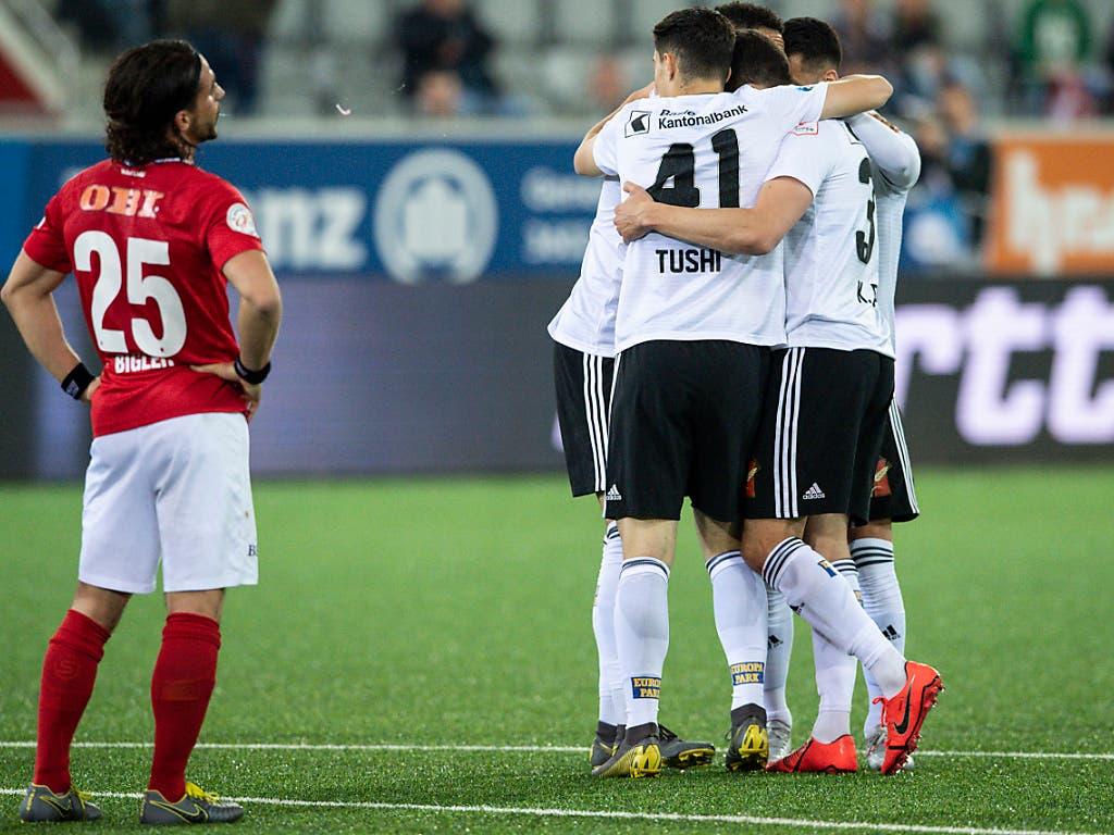 Basels Spieler feiern neben Thuns Kevin Bigler das 2:1 (Bild: KEYSTONE/PETER SCHNEIDER)