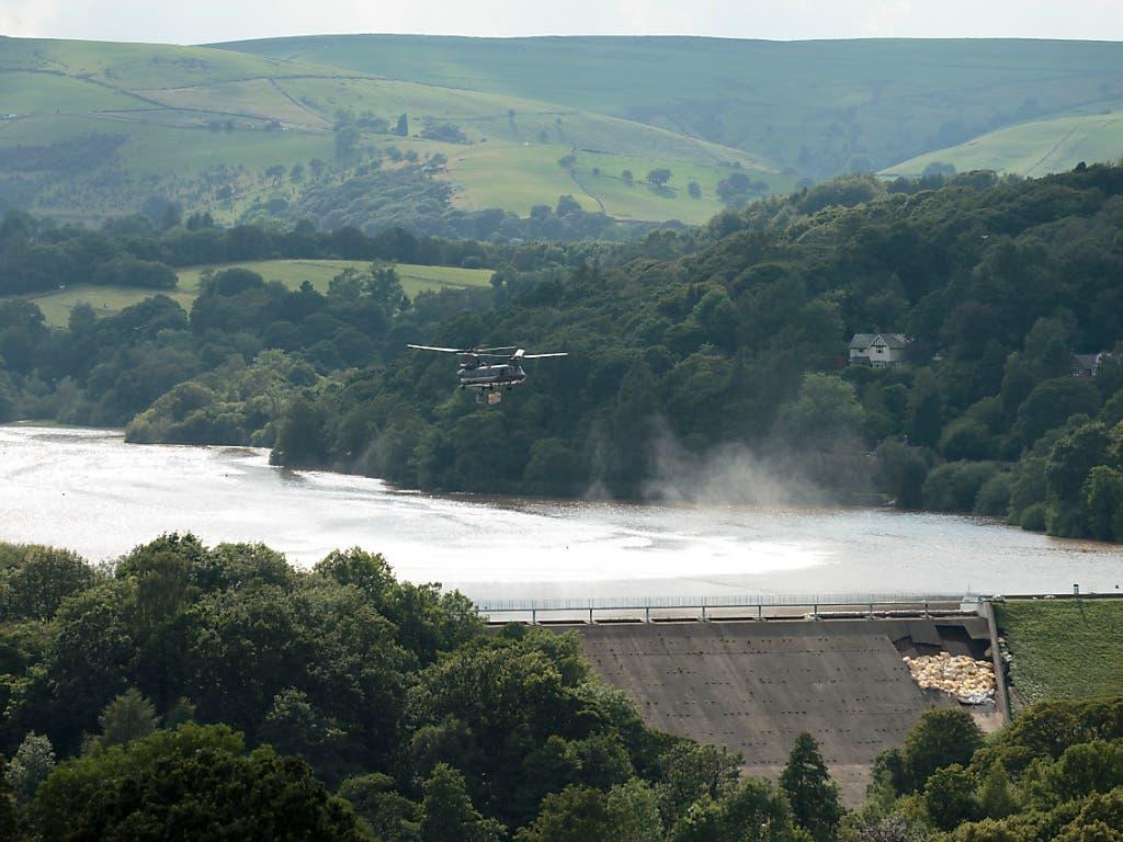 Das um 1830 gebaute Reservoir enthält rund 1,3 Millionen Tonnen Wasser. Ein Lasten-Helikopter warf grosse Säcke mit einer Mischung aus Sand, Kies und Schotter ab, um die Mauer des Reservoirs zu stabilisieren. (Bild: KEYSTONE/AP/JON SUPER)