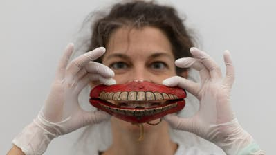 Brigit Edelmann mit einer Mundmaske aus Sri Lanka. (Bild: Stefan Rohner)