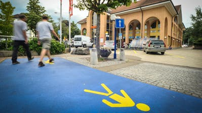 Seit 2011 führen blaue Flächen Fussgänger über den vormals unsicheren Parkplatz vor der Aadorfer Migros und Post. (Bild: Olaf Kühne)