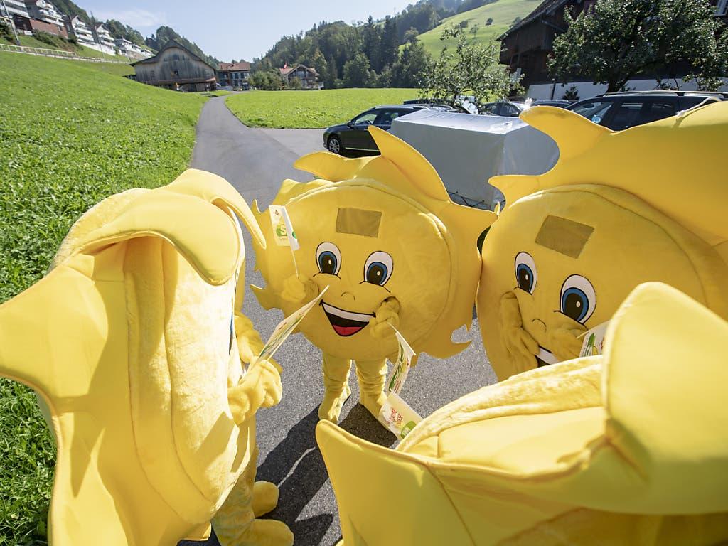Das «Sünneli», das Wahlkampf-Maskottchen der SVP, an der Delegiertenversammlung in Sattel. (Bild: KEYSTONE/URS FLUEELER)