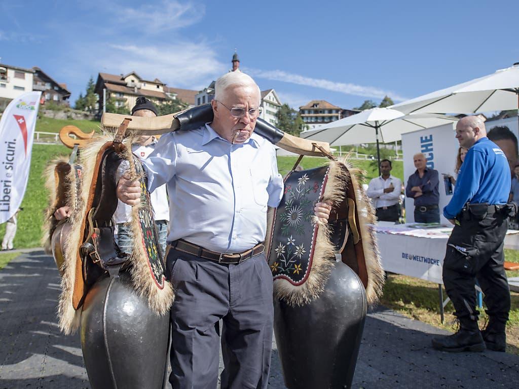 Alt-Bundesrat Christoph Blocher an der Delegiertenversammlung der SVP in Sattel. Er wurde wie ein Popstar gefeiert. (Bild: KEYSTONE/URS FLUEELER)