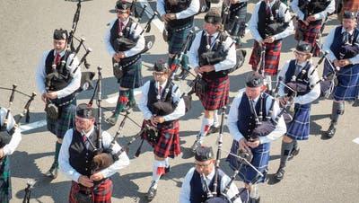 Die Schotten sind los– Dudelsackspieler marschieren durch Abtwil
