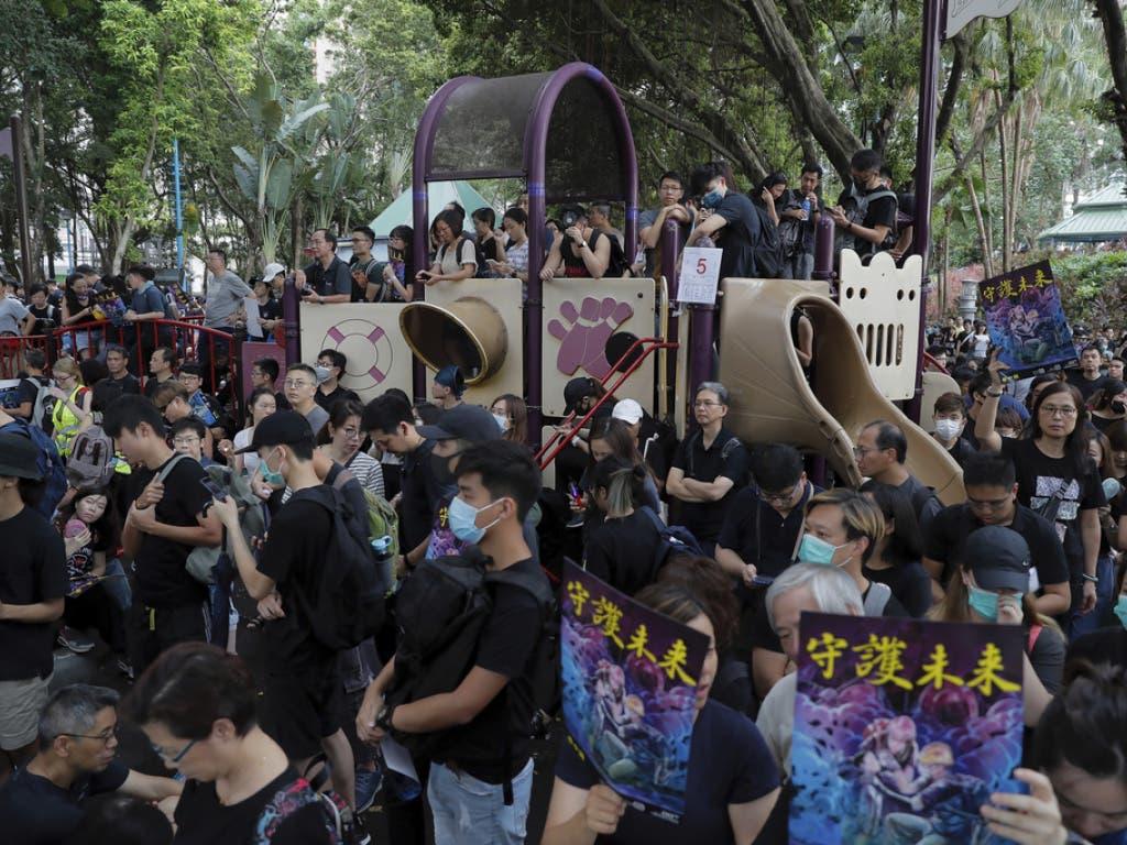 Trotz Warnung der chinesischen Regierung: In Hong Kong gehen erneut Tausende auf die Strasse, um zu demonstrieren. (Bild: Keystone/AP/KIN CHEUNG)