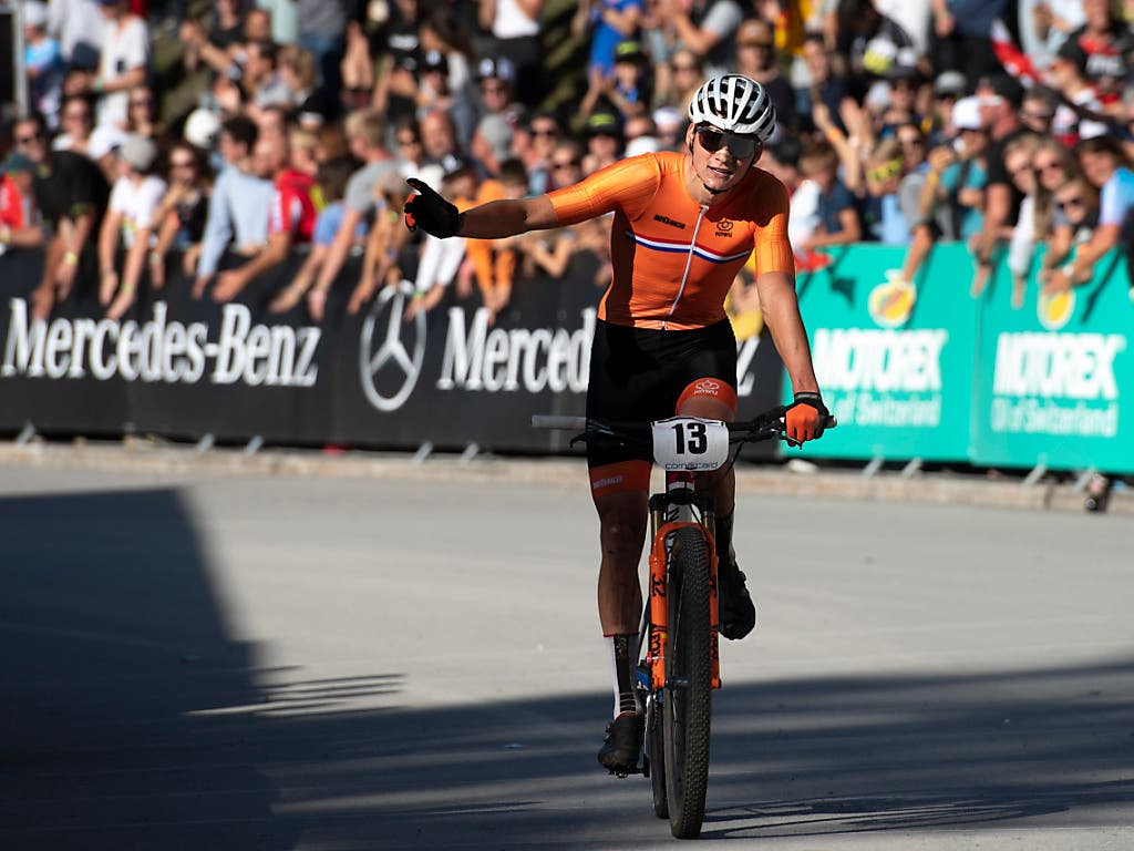 Mathieu van der Poel feiert in Val di Sole den nächsten Triumph. (Bild: KEYSTONE/GIAN EHRENZELLER)