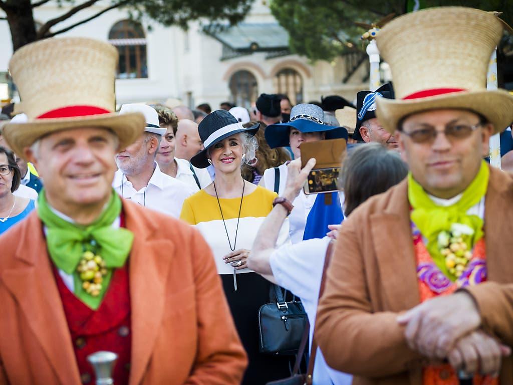 Nahm am Umzug teil: Die Zürcher Regierungpräsidentin Carmen Walker Späh (Mitte, mit Hut). (Bild: KEYSTONE/JEAN-CHRISTOPHE BOTT)