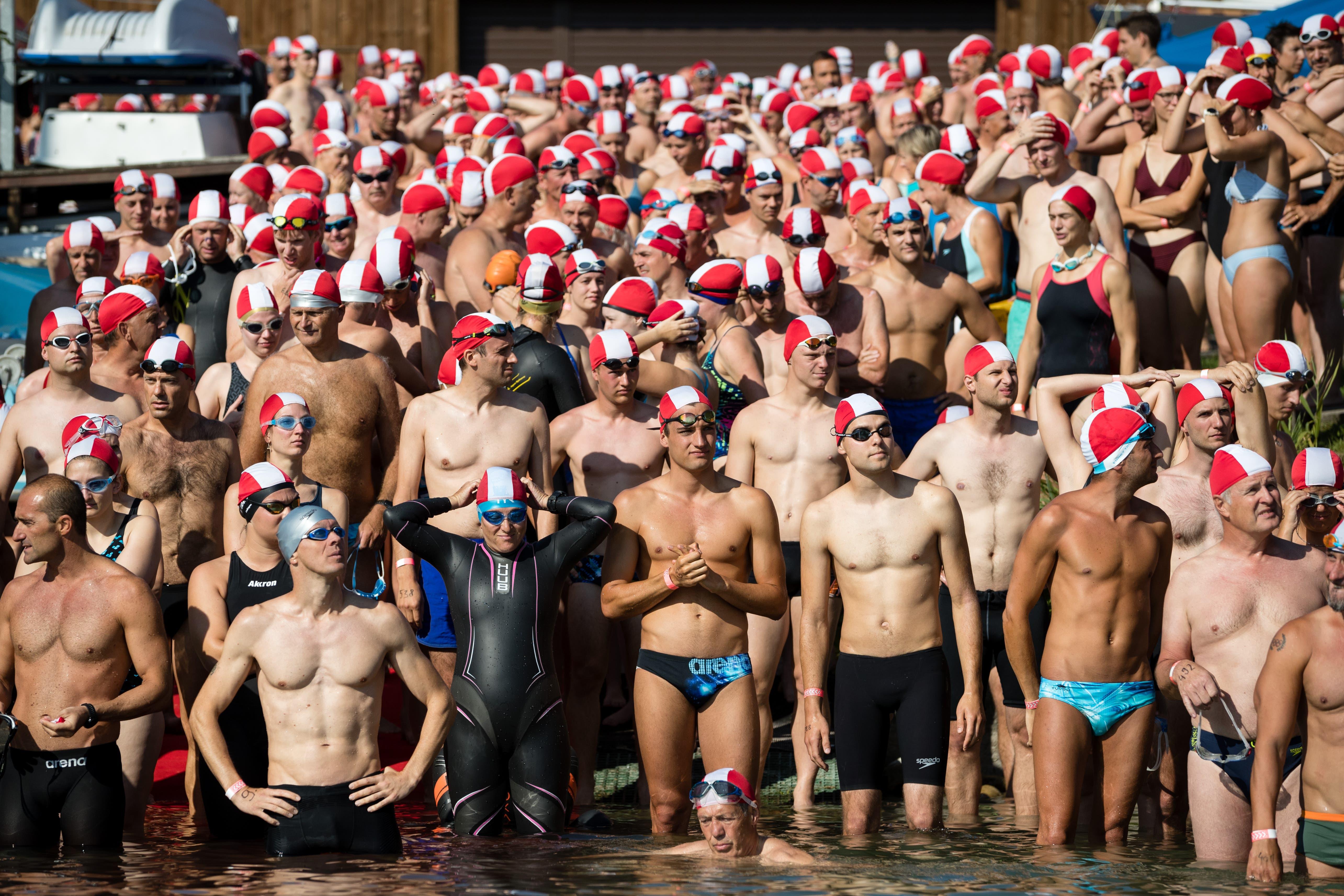 565 Schwimmer wagten sich am Sonntagmorgen um 9.45 Uhr beim Yachthafen in Nottwil ins Wasser für die Überquerung des Sempachersees. (Bild: Philipp Schmidli, 4. August 2019)