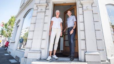Caroline Sauter und Lutz Goldbecker begrüssen ihre Klienten an der Löwenstrasse. (Bild: Andrea Stalder)