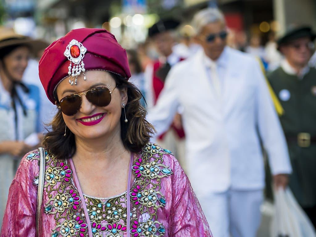 Auftritt mit «Bling»: Teilnehmerin im Zürcher Umzug am Winzerfest in Vevey. (Bild: KEYSTONE/JEAN-CHRISTOPHE BOTT)