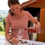 Eine Helferin schenkt am Rebhüslifest Wein aus. (Bild: Andreas Taverner)