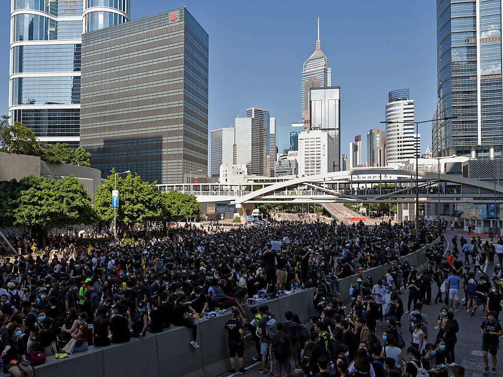 Demonstranten blockieren Strassen im Regierungsviertel von Hongkong. (Bild: KEYSTONE/AP/VINCENT THIAN)