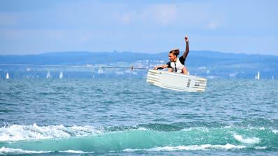 Wakeboarden ist eine Sportart, für die es viel Kraft in Armen und Beinen sowie eine perfekte Körperkoordination braucht. Jeromé Foré zeigte am Samstag in Rorschach, wie spektakulär das aussehen kann. Diese Woche nimmt der 16-Jährige aus Thal an der Europameisterschaft in der Ukraine teil. (Bild: Remo Zollinger)