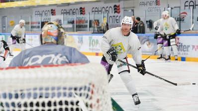 Der kanadische Neuzuzug Kellen Jones prüft Thurgaus Goalie Janick Schwendener. (Bild: Donato Caspari)