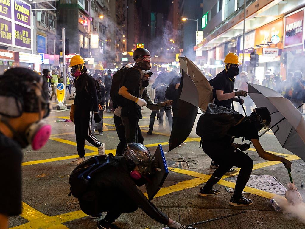 In Hongkong wurden am Sonntag erneut zahlreiche Personen festgenommen - am Montag gab es zudem ein Verkehrschaos. (Bild: KEYSTONE/EPA/CHAN LONG HEI)