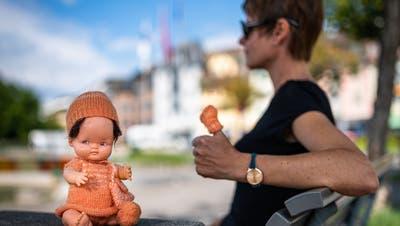 Puppe Claudia im modischen, orange-weissen Outfit, massgestrickt von Tante Doris. (Bild: Christian H. Hildebrand, Zug, 2. August 2019)