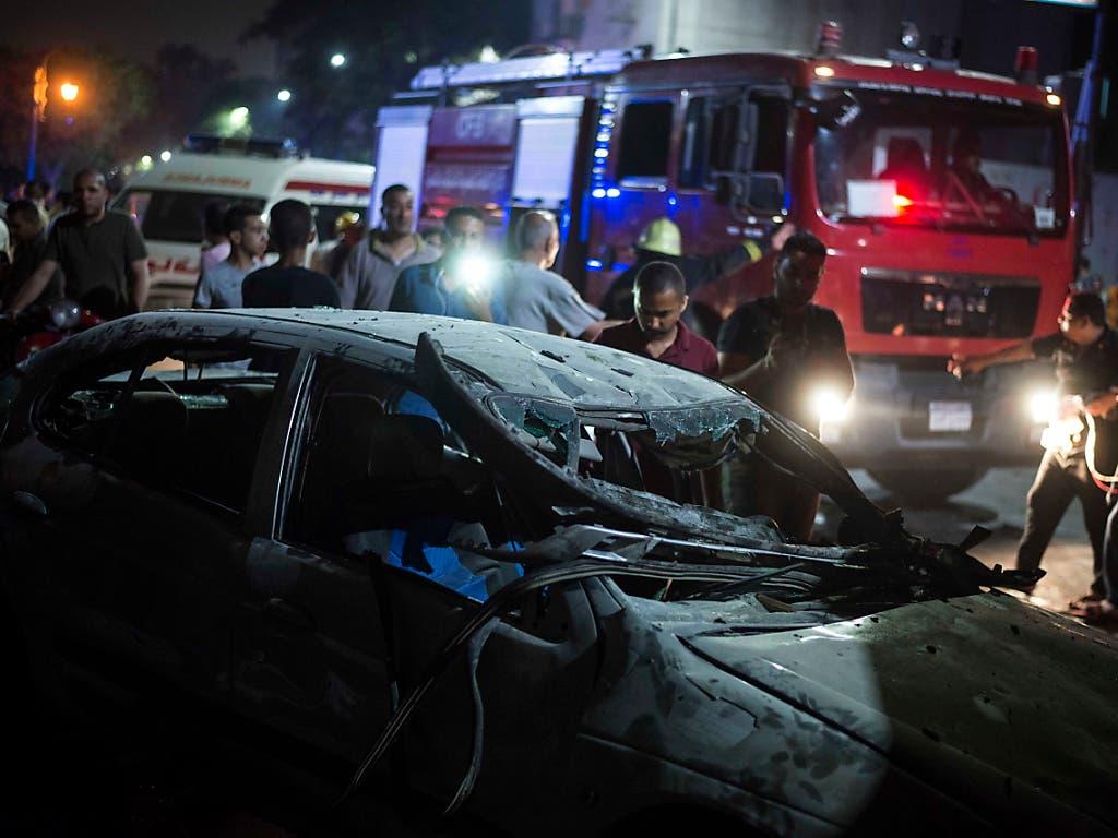 Ein Grossaufgebot an Sicherheitskräften eilte in Kairo zu einem Ort, wo sich in der Nacht auf Montag eine Explosion ereignet hat. (Bild: KEYSTONE/EPA/MOHAMED HOSSAM)