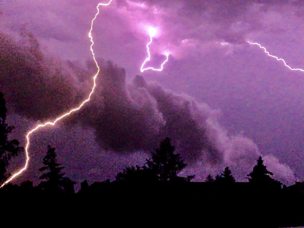 Lichtspiel am Nachthimmel: In der Nacht auf Dienstag haben sich allein im Kanton Thurgau rund 3000 Blitze entladen. Im Verlauf des Tages sorgten die Blitze zudem für Unruhe im Flugverkehr. (Bild: KEYSTONE/DPA/JULIAN STAEHLE)