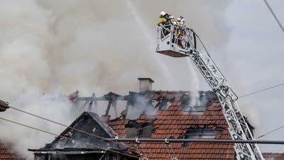Feuerwehrleute kämpfen gegen das Feuer an der Luzernerstrasse 74 in Ebikon (Bild: Nadia Schärli, 5. August 2019)