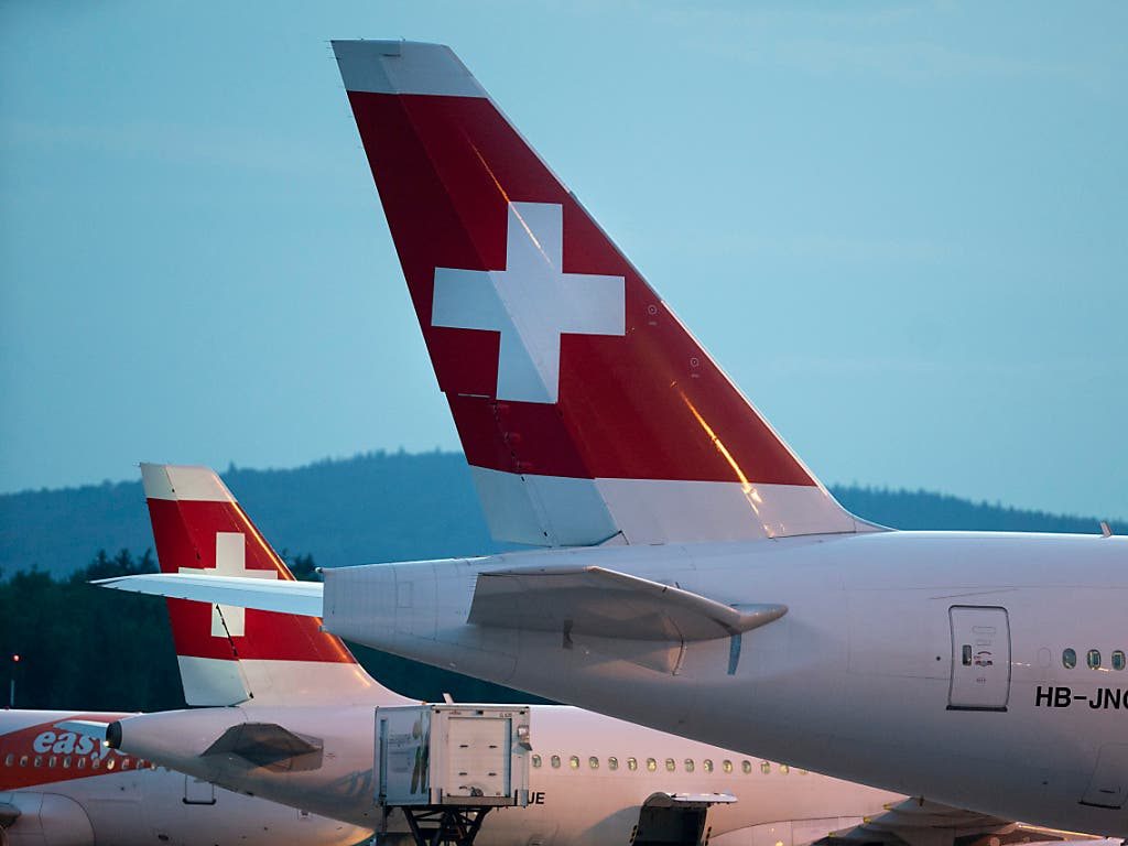 Zwei Flugzeuge der Swiss mussten den Flug abbrechen, nach dem sie von Blitzen getroffen worden waren. (Bild: KEYSTONE/GAETAN BALLY)