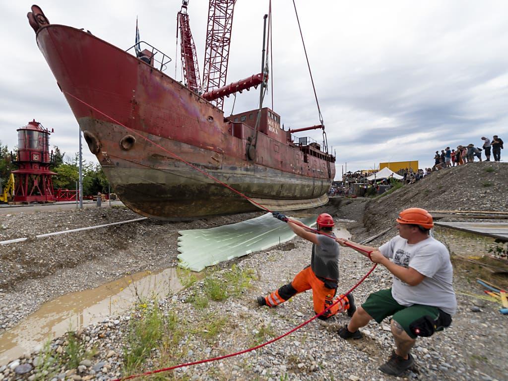 Bei den letzten Zentimetern vor der Anlandung des Leuchtfeuerschiffs «Gannet» war Millimeterarbeit und Muskelkraft gefragt. (Bild: KEYSTONE/GEORGIOS KEFALAS)