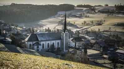 Kirchenserie über die Pfarrkirche St. Johannes der Täufer in Grossdietwil. Auf dem Bild zu sehen sind Aussenaufnahmen der Kirche. Das Bild entstand am Mittwoch, 13. Dezember 2017.Bild: (Pius Amrein / LZ)Kirche, Religion, Gebäude, Pfarrkirche, Architektur
