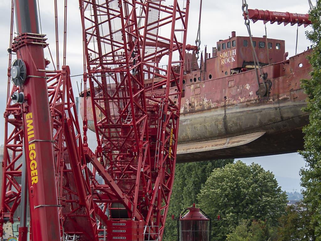 Zum Einsatz kam ein riesiger Raupen-Kran, der seine Feuertaufe mit einer Last von 600 Tonnen spielend schaffte. (Bild: KEYSTONE/GEORGIOS KEFALAS)