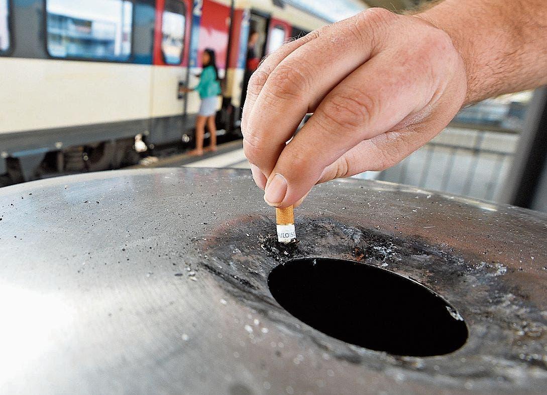 Nicht nur am Bahnhof: Kippen gehören immer in Aschenbecher. (Bild: Donato Caspari)