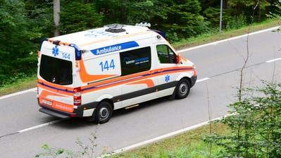THEMENBILD ZUM FAHRZEUGPOOL AMBULANZEN FUER INNERSCHWEIZER SPITAELER URI, LUZERN, NID- UND OBWALDEN --- Ein Krankenwagen auf dem Weg zur Unfallstelle eines Busungluecks am Mittwoch, 17. Juni 2015. Auf der Bergstrasse zwischen Engelberg und Wolfenschiessen im Kanton Obwalden ereignete sich ein Bus Unglueck. Die Kantonspolizei Obwalden bestaetigt den Car-Unfall und meldet es habe mehrere Verletzte gegeben. (KEYSTONE/Urs Flueeler)