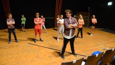 Patric Scott (vorne) übt mit den Workshop-Teilnehmern eine Tanz-Szene. (Bilder: Corinne Hanselmann)