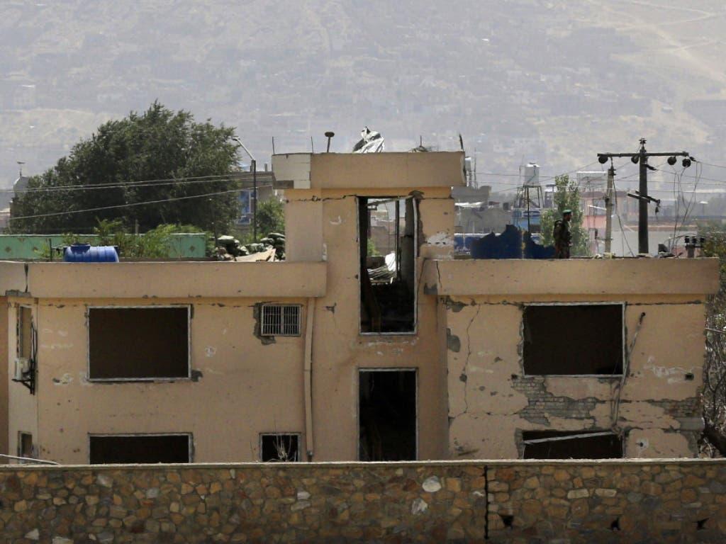 Bei der Polizeiwache wurden durch die Autobombe sämtliche Fenster zerstört und grosse Schäden an der Fassade angerichtet. (Bild: KEYSTONE/EPA/HEDAYATULLAH AMID)